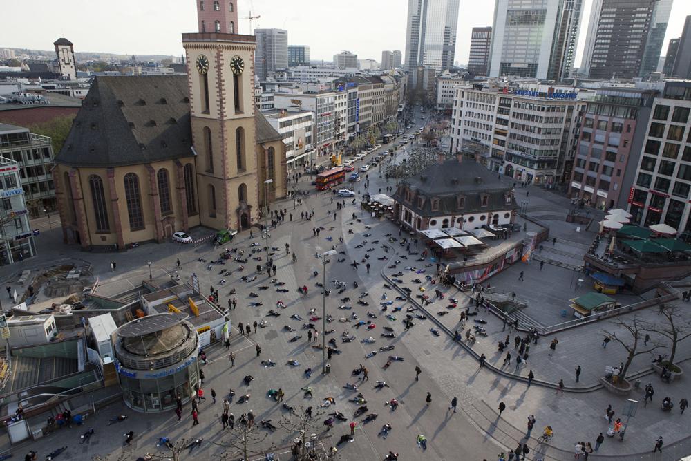 Foto serupa yang beredar di grup WhatsApp. Foto ini merupakan sejumlah orang melakukan aksi mengenang 528 korban pembantaian Nazi di Frankfurt, Jerman pada 2014 silam.